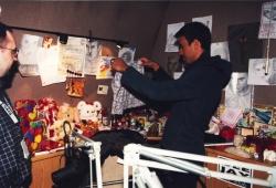Enrique Iglesias ogląda prezenty od fanów