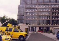 Wóz satelitarny RMF FM przed budynkiem warszwskiej giełdy