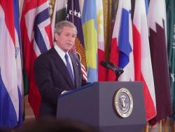 Prezydent George W. Bush podczas konferencji prasowej w Białym Domu (19 marca 2004 r.)