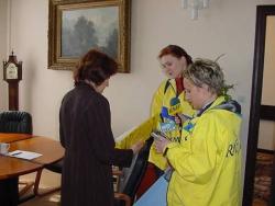 A. Burzyńska wręcza petycję sprzeciwiającą się decyzji Rady