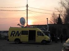 Wóz satelitarny RMF FM przed bramą lotniska w Smoleńsku (fot. Michał Dukaczewski)
