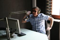 Adam Kasprzyk w studiu w Krzywym Domku